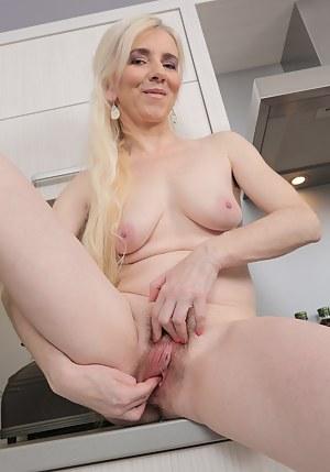 Free Mature Fingering Porn Pictures
